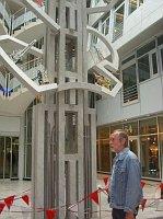 Josef Stehlík se svojí plastikou Čtyři civilizační centra, která stojí v basilejském kulturním centru.