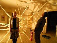 Martina Čurdová y el artista Pavel Karous junto a su obra