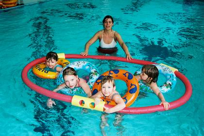 Radio praga cursos de nataci n para beb s y ni os peque os for Clases de piscina para ninos