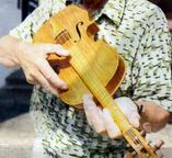 Tomás Korda y su violín de 6731 cerillas