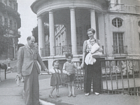 Ivy with Uly and kids in Karlovy Vary in 1948