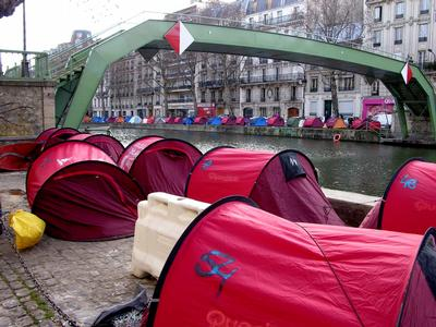 Tents for homeless in Paris