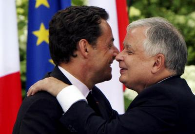Nicolas Sarkozy and Lech Kaczynski hug each other after a press conference in Warsaw