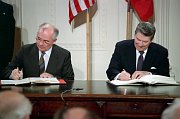 La signature du Traité de Washington, Michaïl Gorbatchev et Ronald Reagan, 1987