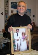 Páter František Lízna s obrazem rodičů jeho romského svěřence