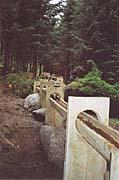 Das Wasser fließt durch handgemachte Holzrinnen
