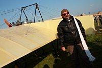 Petr Mára avec la réplique de l'avion de Jan Kašpar