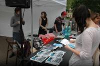 Lidé si prohlížejí publikaci Mít své místo vydanou k Jom ha-šoa 2014 (Foto: Jana Šustová)