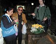 Antonín Lagrin s manželkou zapalují svíčku v osvětimském krematoriu (Foto: Jana Šustová)