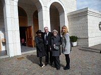 Ženevský hřbitov navštívili i pan Horešovský a paní Šupíková (uprostřed), původem z Lidic. Foto: Milena Štráfeldová