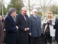 Na ženevském hřbitově, uprostřed Přemysl Sobotka a Jaroslav Havelka. Foto: Milena Štráfeldová