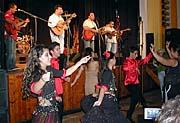 Bengas und die Roma Kindertanzgruppe (Foto: Autorin)