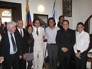 El embajador Hernández y algunos venezolanos