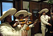 Mariachi Azteca de Praga, Arturo Escobar (a la izquierda)