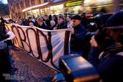 Přibližně 50 lidí přišlo vyjádřit nesouhlas s dnešním zatýkáním pravicových extremistů (Foto: Tomáš Adamec)