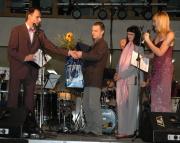 Tomáš Habart (uprostřed) přebírá cenu Žihadlo (Foto: Jana Šustová)