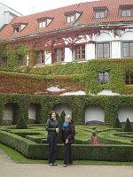 Ася Чеканова с экскурсоводом Любовью Полевой в Вртбовском саду