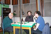 """Regisseur Jan Fuchs (links) beim Einstudieren des """"Schutzengels"""""""