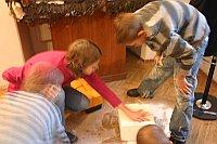 Eva Habel erklärt den Kindern wie sie die Häuser basteln sollen (Foto: Romy Ebert)