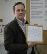 Philippe Lefebvre ukazuje zápis o narození Djanga (Foto: Jana Šustová)