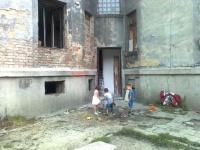Děti před domem v lokalitě Přednádraží, kde začala téct voda (Foto: Jana Jeckelová)