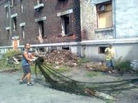 Ghetto Přednádraží. Lidé uklízejí nepořádek ze zaplaveného sklepa. (Foto: Andrea Čánová)