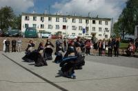 Taneční soubor před panelovým domem v Dobré Vodě u Toužimi (Foto: Jana Šustová)