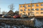 Nové dlážděné parkoviště před panelovým domem (Foto: Jana Šustová)
