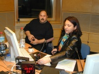 Vedoucí romské redakce Anna Poláková ve studiu Českého rozhlasu s hostem z hudební skupiny Le Čhavendrar (Foto: Jana Šustová)