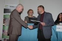 Ředitel firmy J+J školní jídelny Petr Kotál (vpravo) přebírá ocenění od Vladimíra Špidli (Foto: Jana Šustová)