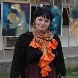 Malířka France Everardová se svými obrazy