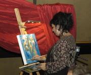 France Everardová maluje během koncertu