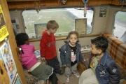 Děti na návštěvě v karavanu (Foto: Jana Šustová)