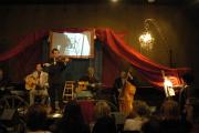 France Everardová maluje během koncertu skupiny La Manouch'Banda