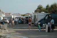 Romské karavany v poutním městečku Saintes-Maries-de-la-Mer