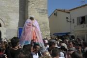Procesí se sv. Sárou vychází z kostela (Foto: Jana Šustová)