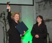 Herečka a diplomatka Magda Vašáryová předává cenu Janě Kosové, ředitelce Českého západu (Foto: Jana Šustová)