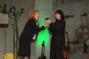 Herečka a diplomatka Magda Vašáryová (vlevo) předává cenu Janě Kosové, ředitelce Českého západu (Foto: Jana Šustová)