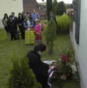 Ministryně Džamila Stehlíková u památníku na hřbitově v Černovicích (Foto: Jana Šustová)