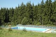 Bazén v místě bývalého tzv. cikánského tábora na fotografii z roku 2010 (Foto: Jana Šustová)