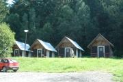 Rekreační chatky v místě bývalého tzv. cikánského tábora na fotografii z roku 2010 (Foto: Jana Šustová)