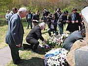 Petr Pithart pokládá věnce k památníku