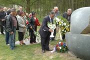 Čeněk Růžička pokládá květiny k památníku v Letech u Písku (Foto: Jana Šustová)