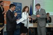 Monika Šimůnková předává certifikát Zdeňku Majerovi z firmy Frutana Gold (Foto: Jana Šustová)
