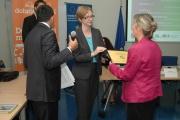 Štěpánka Jenešová z firmy Wistron InfoComm (vpravo) přebírá certifikát Ethnic Friendly zaměstnavatel (Foto: Jana Šustová)