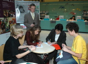 Sudičky a autoři se podepisují do komiksové knihy (Foto: Jana Šustová)