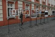 Fotografie z fotoworkhopu vystavené na náměstí Jednoty