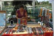 Na trhu s romskými šperky a kotlářskými výrobky v rámci IRAF (Foto: Jana Šustová)