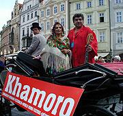 Defilé účinkujících na festivalu Khamoro pražskými ulicemi (Foto: Jana Šustová)