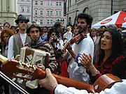 Defilé hudebníků na festivalu Khamoro (Foto: Jana Šustová)